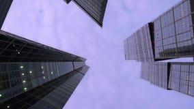 Χαμηλή γωνία που πυροβολείται της κάμερας που περιστρέφεται μπροστά από σύγχρονο, ουρανοξύστες πρωινός απόθεμα βίντεο
