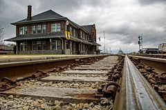 Χαμηλή γωνία που πυροβολείται του ιστορικού Stratford, σταθμός τρένου του Οντάριο, Καναδάς στοκ εικόνες