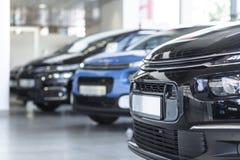 Χαμηλή γωνία του καταστήματος extravagance με τα αυτοκίνητα σε μια σειρά για την πώληση στοκ φωτογραφία με δικαίωμα ελεύθερης χρήσης