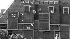 Χαμηλή κίνηση των Μαύρων και λευκών μπαλονιών σαπουνιών απόθεμα βίντεο