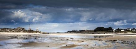 Χαμηλή παλίρροια με την ακτή αμμόλοφων και πετρών στη Βρετάνη, Γαλλία Στοκ Εικόνα