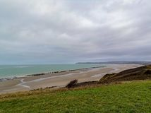 Χαμηλή παλίρροια που εκθέτει ένα μεγάλο αγρόκτημα μυδιών στον κόλπο Wissant, Pas-de-Calais, βόρεια Γαλλία στοκ εικόνα