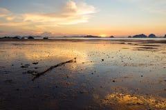 Χαμηλή παλίρροια στο ηλιοβασίλεμα στην παραλία AO Nang, Krabi, Ταϊλάνδη Στοκ Εικόνες