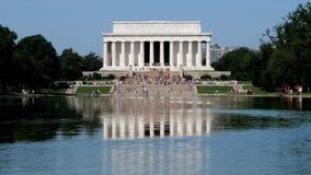 Χαμηλοί τουρίστες απόμακρων πιθανοτήτων γωνίας στο μνημείο του Λίνκολν απόθεμα βίντεο