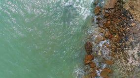 Χαμηλός εναέριος πυροβολισμός που πετά πέρα από τα κύματα θάλασσας που συντρίβουν στο βράχο απόθεμα βίντεο