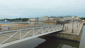 Χαμηλός νεφελώδης ουρανός πέρα από το γραφικό λιμάνι στο κέντρο του Ελσίνκι, ξημερώματα στη θερινή ημέρα απόθεμα βίντεο