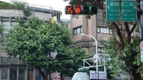 Χαμηλός πυροβολισμός γωνίας των στροφών φωτεινού σηματοδότη πόλεων στο κόκκινο για το για τους πεζούς περπάτημα απόθεμα βίντεο