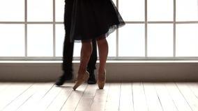 Χαμηλός τμημάτων ζευγών χορός μπαλέτου χορού σύγχρονος φιλμ μικρού μήκους
