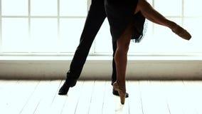 Χαμηλός χορός ζευγών μπαλέτου τμημάτων φιλμ μικρού μήκους