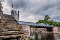 Χαμηλότερη άποψη επάνω σχετικά με τα παλαιά σκαλοπάτια πετρών Στοκ Εικόνα