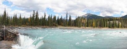 Χαμηλότερος ποταμός στις πτώσεις Athabasca στο εθνικό πάρκο ιασπίδων, Καναδάς στοκ εικόνες