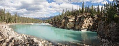 Χαμηλότερος ποταμός στις πτώσεις Athabasca στο εθνικό πάρκο ιασπίδων, Καναδάς στοκ φωτογραφία
