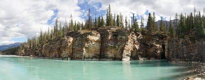Χαμηλότερος ποταμός στις πτώσεις Athabasca στο εθνικό πάρκο ιασπίδων, Καναδάς στοκ φωτογραφίες
