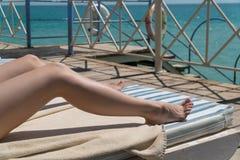 Χαμηλότερο σώμα γυναικών που εναπόκειται στην κρέμα sunblock στη μορφή για την έννοια προσοχής ηλιακού εγκαύματος καρκίνου δερμάτ Στοκ Εικόνες