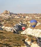 Χαμηλό πετώντας φαράγγι Uchisar Τουρκία μπαλονιών Στοκ εικόνα με δικαίωμα ελεύθερης χρήσης