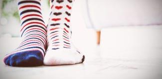 Χαμηλό τμήμα του κοριτσιού που φορά τις διαμορφωμένες κάλτσες στοκ εικόνες