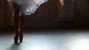 Χαμηλό ballerina τμημάτων που χορεύει στο στούντιο μπαλέτου απόθεμα βίντεο