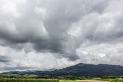 Χαμηλά βουνά σύννεφων δραματικός ουρανός Ρουμανία Στοκ φωτογραφίες με δικαίωμα ελεύθερης χρήσης