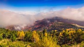 Χαμηλά σύννεφα στο βουνό Voras Στοκ φωτογραφία με δικαίωμα ελεύθερης χρήσης