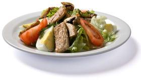 Σαλάτα κρέατος που εξυπηρετείται στο άσπρο πιάτο Στοκ εικόνα με δικαίωμα ελεύθερης χρήσης