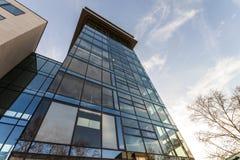 Χαμηλή άποψη γωνίας της αντανάκλασης του μπλε ουρανού στον τοίχο γυαλιού σύγχρονου Στοκ εικόνα με δικαίωμα ελεύθερης χρήσης