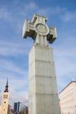 Χαμηλή άποψη γωνίας του μνημείου ελευθερίας ενάντια στο νεφελώδη ουρανό, Ταλίν, Εσθονία, Ευρώπη Στοκ Φωτογραφίες