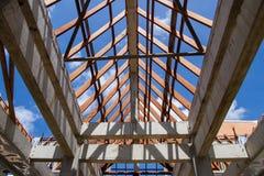 Χαμηλή άποψη γωνίας των ζευκτόντων και της διαμόρφωσης στεγών ξύλινων του καινούργιου σπιτιού γ Στοκ Εικόνες
