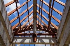 Χαμηλή άποψη γωνίας των ζευκτόντων και της διαμόρφωσης στεγών ξύλινων του καινούργιου σπιτιού γ Στοκ Φωτογραφία