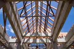 Χαμηλή άποψη γωνίας των ζευκτόντων και της διαμόρφωσης στεγών ξύλινων του καινούργιου σπιτιού γ Στοκ φωτογραφία με δικαίωμα ελεύθερης χρήσης