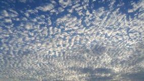 Χαμηλή άποψη γωνίας των σύννεφων Στοκ εικόνες με δικαίωμα ελεύθερης χρήσης