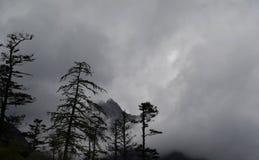 Χαμηλή άποψη της κορυφής βουνών στοκ εικόνες