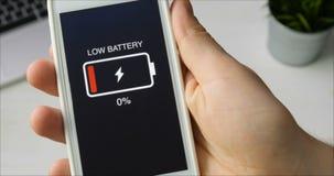 Χαμηλή ένδειξη μπαταριών στο smartphone απόθεμα βίντεο