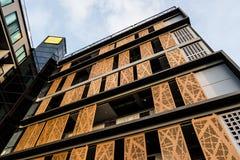 Χαμηλή γωνία που εξετάζει επάνω το σύγχρονο κτήριο Στοκ Εικόνες