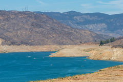 Χαμηλή δεξαμενή κατά τη διάρκεια της ξηρασίας Καλιφόρνιας Στοκ Εικόνα