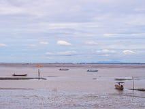 Χαμηλή παλίρροια εν πλω με το μπλε ουρανό, βάρκα στη χαμηλή παλίρροια Στοκ φωτογραφία με δικαίωμα ελεύθερης χρήσης