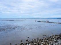 Χαμηλή παλίρροια εν πλω με το μπλε ουρανό, βάρκα στη χαμηλή παλίρροια Στοκ εικόνες με δικαίωμα ελεύθερης χρήσης