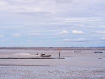 Χαμηλή παλίρροια εν πλω με το μπλε ουρανό, βάρκα στη χαμηλή παλίρροια Στοκ Φωτογραφίες