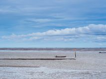 Χαμηλή παλίρροια εν πλω με το μπλε ουρανό, βάρκα στη χαμηλή παλίρροια Στοκ Εικόνες