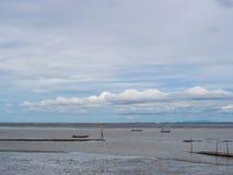 Χαμηλή παλίρροια εν πλω με το μπλε ουρανό, βάρκα στη χαμηλή παλίρροια Στοκ φωτογραφίες με δικαίωμα ελεύθερης χρήσης