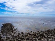 Χαμηλή παλίρροια εν πλω με το μπλε ουρανό, βράχος στη χαμηλή παλίρροια Στοκ Εικόνες