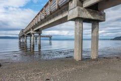 Χαμηλή παλίρροια και αποβάθρα Στοκ εικόνα με δικαίωμα ελεύθερης χρήσης