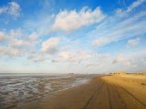 Χαμηλή παλίρροια στον ήλιο φθινοπώρου στην ακτή Βόρεια Θαλασσών Στοκ Εικόνες