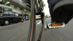 Χαμηλός γύρος ποδηλάτων γωνίας στην πόλη - άποψη απόθεμα βίντεο
