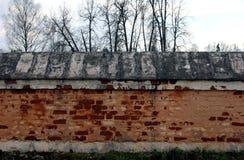 Χαμηλός παλαιός φράκτης τούβλου από τα κόκκινα επικονιασμένα τούβλα Στοκ φωτογραφία με δικαίωμα ελεύθερης χρήσης
