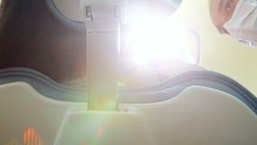 Χαμηλός στενός επάνω γωνίας του οδοντικού βοηθητικού να ανοίξει λαμπτήρα και εξέταση του ασθενή φιλμ μικρού μήκους
