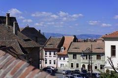 Χαμηλότερη άποψη του πόλης Sibiu Ρουμανία από το πίσω aka Centumvirilor ST σκυλιών στοκ εικόνα με δικαίωμα ελεύθερης χρήσης