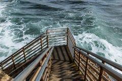 Χαμηλότερο επίπεδο σκάλας πρόσβασης παραλιών, απότομοι βράχοι ηλιοβασιλέματος, Σαν Ντιέγκο στοκ φωτογραφίες