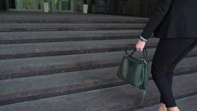 Χαμηλότερο μέρος της επιχειρησιακής γυναίκας στο επίσημο κοστούμι που περπατά επάνω το υπαίθριο σκαλοπάτι απόθεμα βίντεο