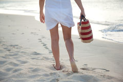 Χαμηλότερο μέρος των γυναικών με την τσάντα στην παραλία Στοκ Φωτογραφία