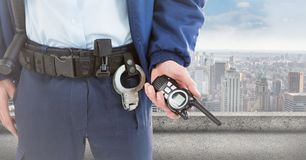 Χαμηλότερο σώμα φρουράς ασφάλειας με την ομιλούσα ταινία walkie ενάντια στον ορίζοντα Στοκ Εικόνες